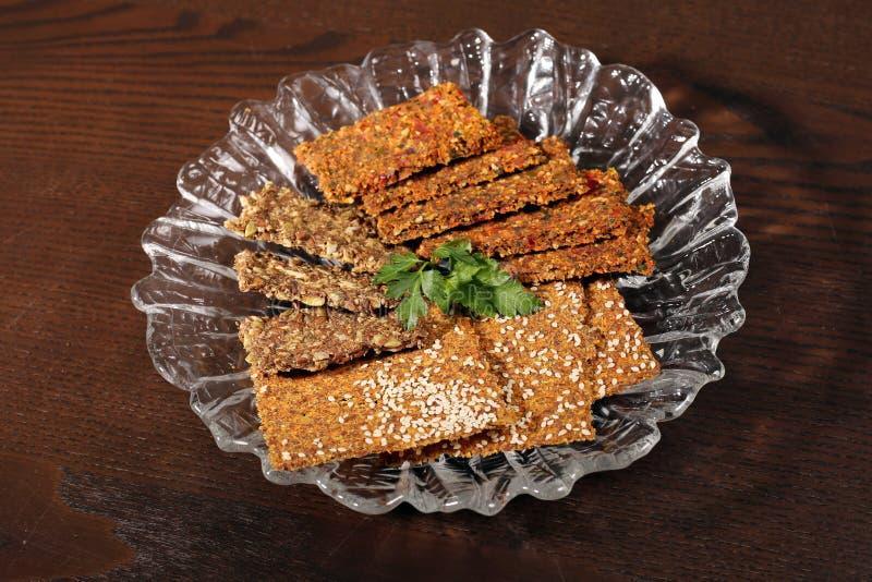 Condimenta los panes del grano de las galletas en la tabla imagen de archivo libre de regalías