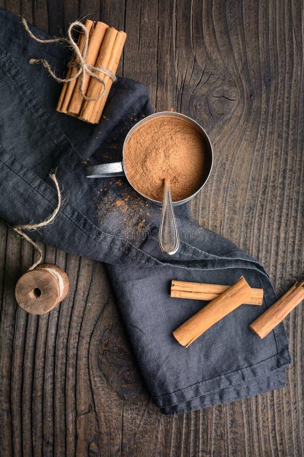 condimento alimentar saudável, com propriedades medicinais, verdadeiros bengalos e pó de Ceylon Cinnamon num pote imagens de stock