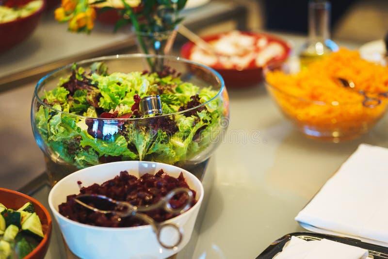 Condimento degli ortaggi freschi, delle erbe, delle olive, della salsa e dell'insalata al contatore immagini stock libere da diritti