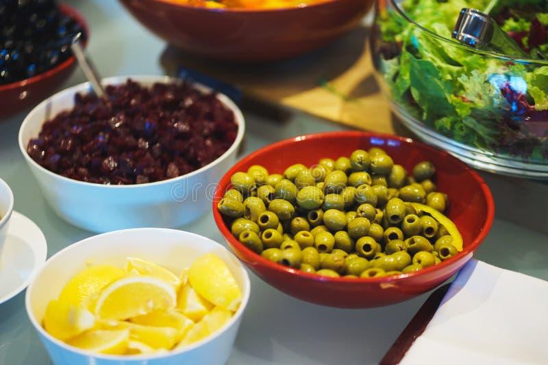 Condimento degli ortaggi freschi, delle erbe, delle olive, della salsa e dell'insalata al contatore immagine stock libera da diritti