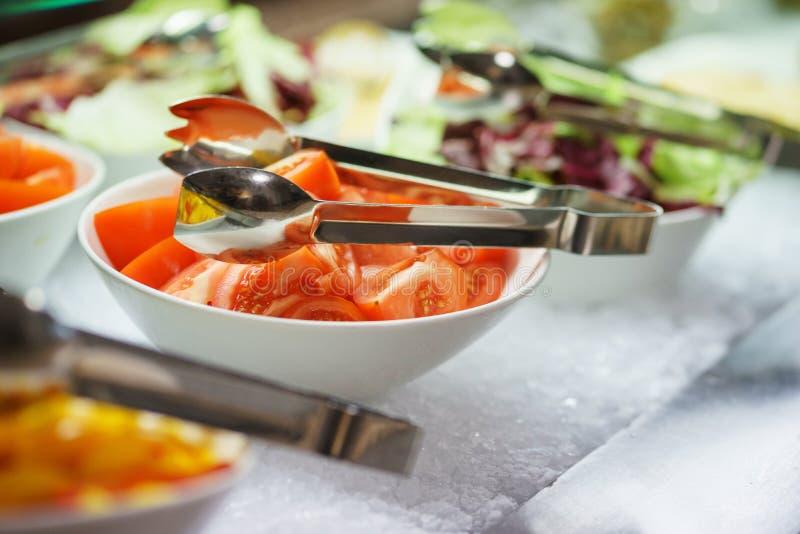 Condimento degli ortaggi freschi, delle erbe, delle olive, della salsa e dell'insalata al contatore fotografie stock libere da diritti