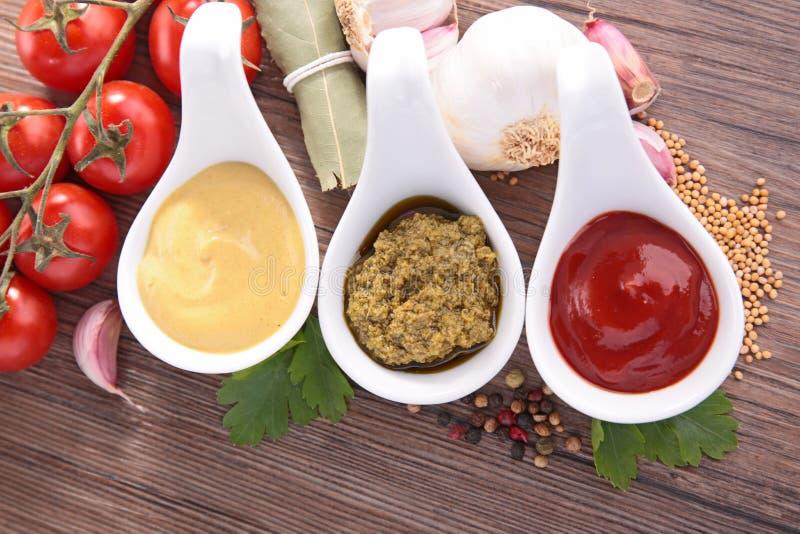 Condimento, mayonesa, pesto y salsa de tomate imagenes de archivo