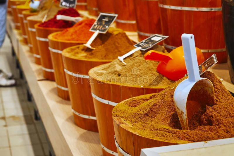 Condimentos marroquíes coloridos adentro en la tienda imagen de archivo libre de regalías