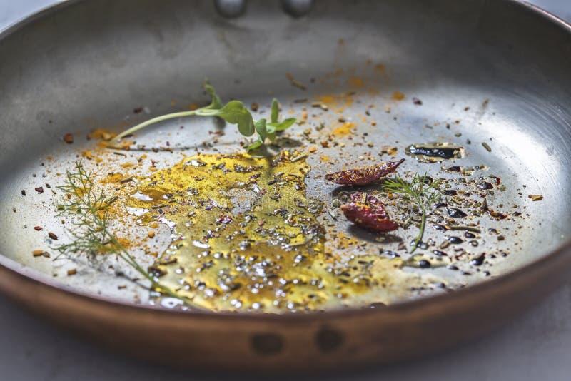 Condimentos y Olive Oil aromáticos en sartén fotografía de archivo