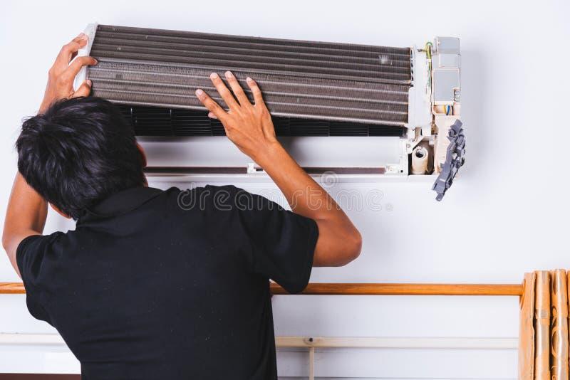 Conditio profissional do ar do reparo do serviço do homem do coordenador do técnico fotos de stock