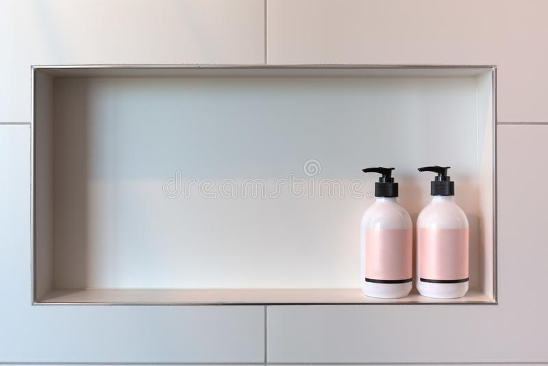 Conditioner lub prysznic gel aptekarki w prostokątnej niszie zdjęcia stock