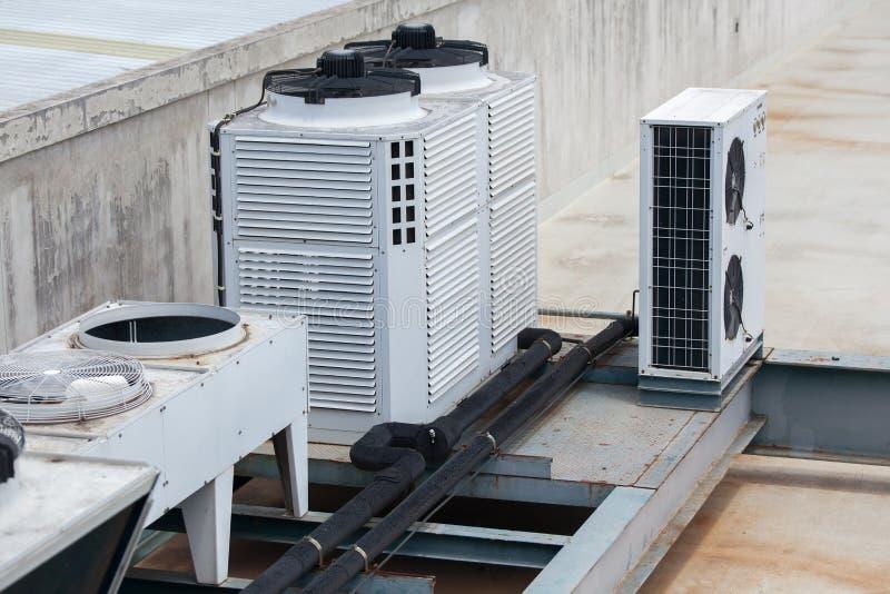 ConditioningSystem del aire del sistema de condicionamiento central en el tejado del edificio fotografía de archivo