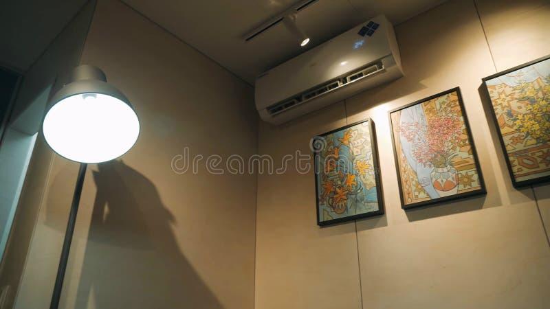 Condizionamento d'aria in un appartamento moderno nello stile scandinavo luminoso fotografia stock