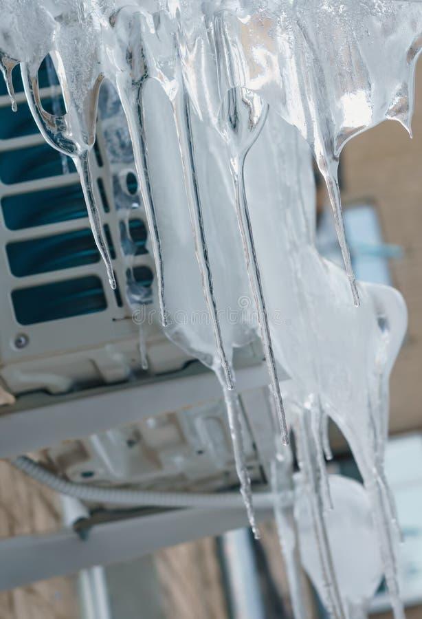 Condizionatore all'aperto congelato con i ghiaccioli fotografia stock