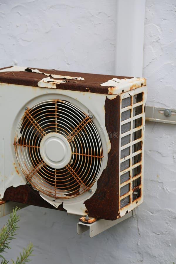 Condizionatore arrugginito da una vecchia casa mediterranea bianca fotografie stock libere da diritti