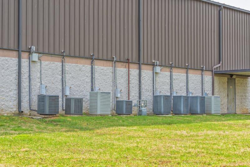 Condizionatori d'aria commerciali multipli dietro il centro al minuto della striscia immagini stock
