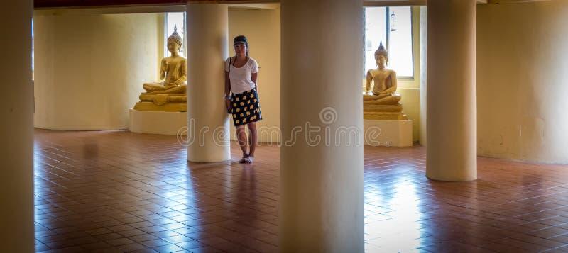 Condizione asiatica della donna fra Buddhas fotografia stock libera da diritti