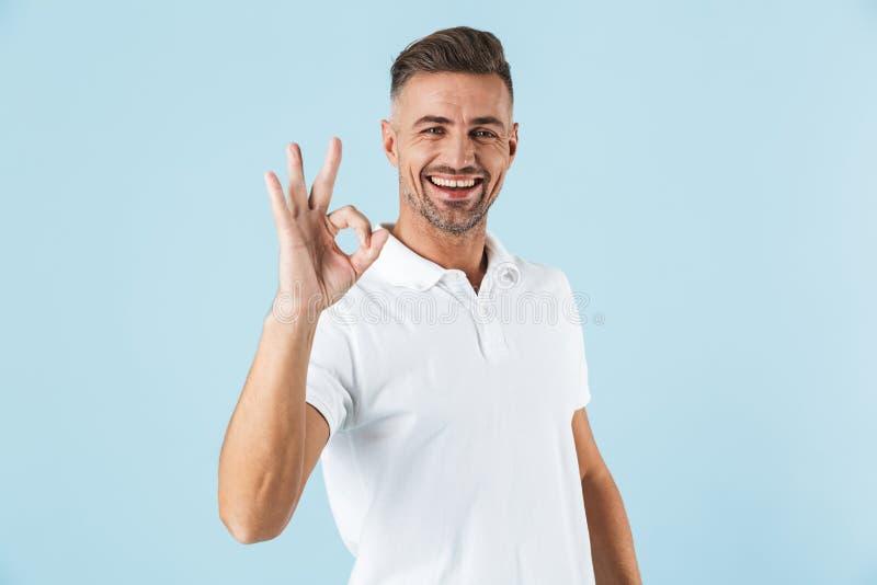 Condizione bianca d'uso bella della maglietta del giovane fotografia stock