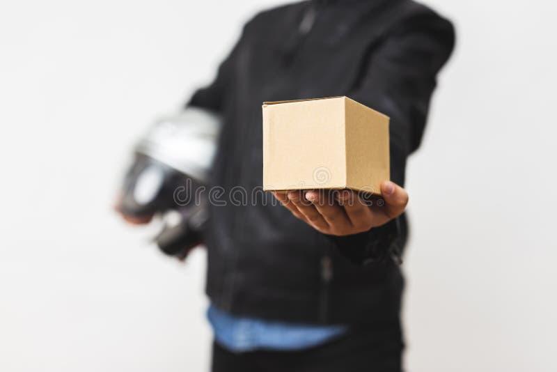 Condizione con la scatola del servizio pacchi postali - il concetto del fattorino di servizio di distribuzione fotografie stock libere da diritti