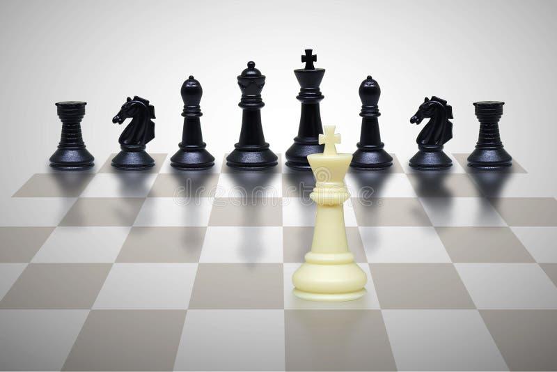 Condizione da solo bianca del pezzo degli scacchi faccia a faccia con i pezzi degli scacchi neri sulla scacchiera royalty illustrazione gratis