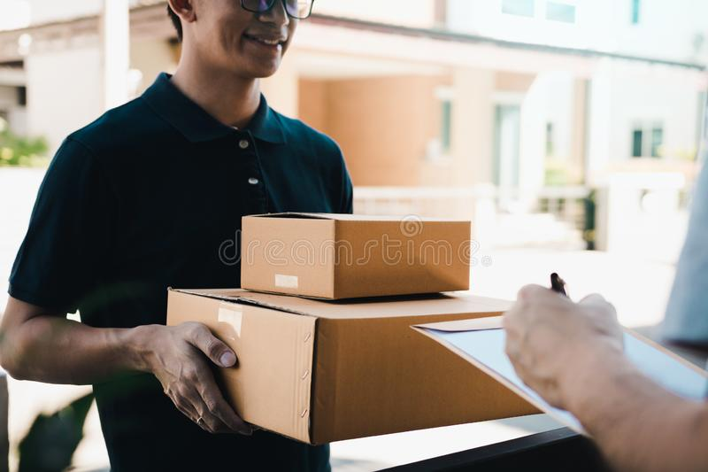 Condizione del giovane di consegna alla porta della casa e dei pacchetti di trasporto per il giovane maschio alla firma immagini stock