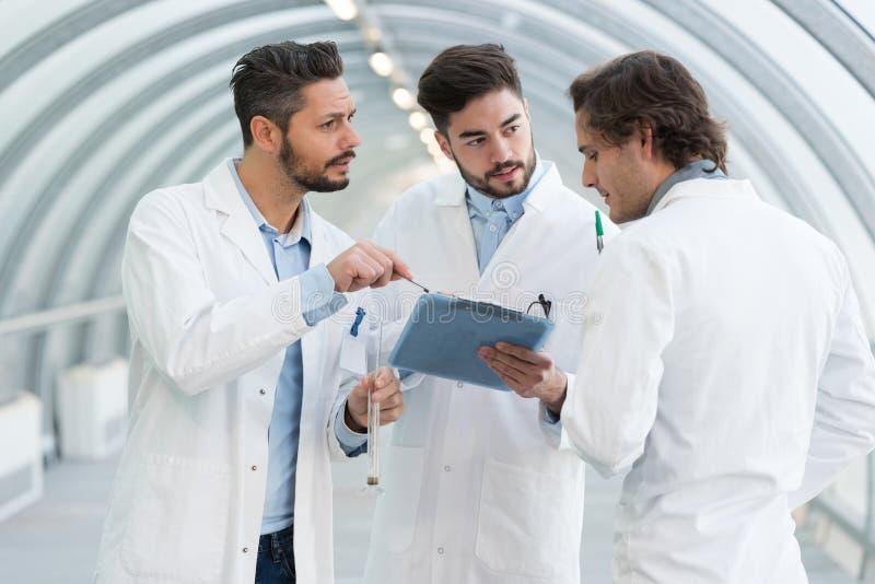 Condizione del gruppo di medici del ritratto nel corridoio dell'ospedale fotografie stock libere da diritti