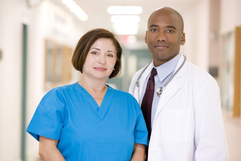 condizione dell'infermiera dell'ospedale del medico del corridoio immagini stock