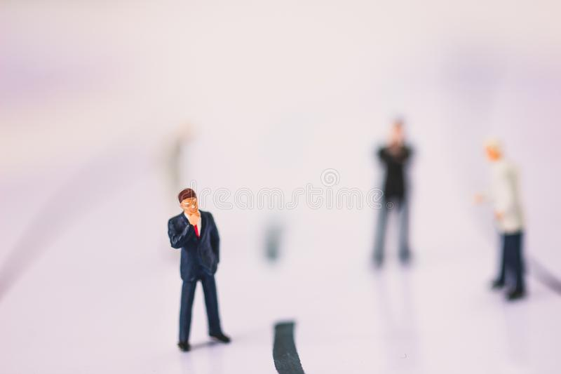 Condizione dell'uomo d'affari sulla linea di business immagini stock