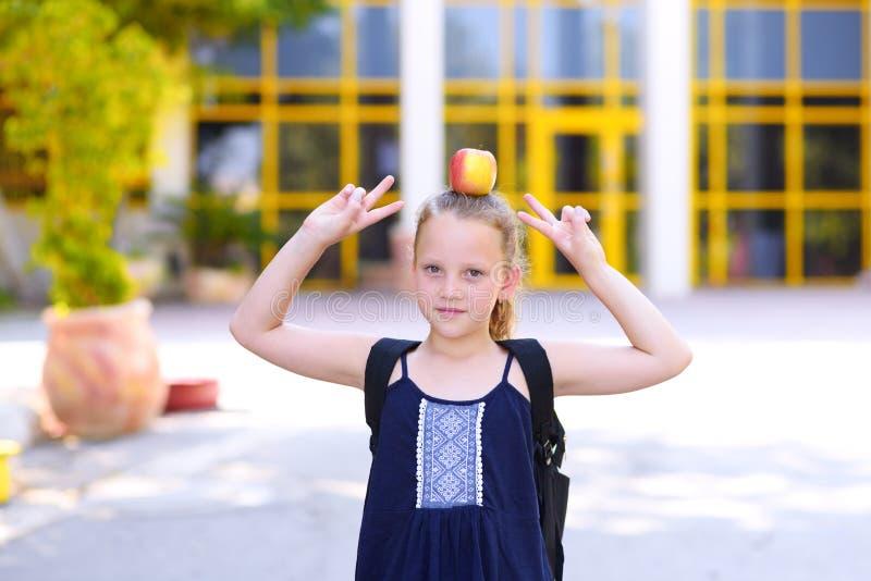 Condizione della bambina con Apple sulla sua testa fotografia stock libera da diritti