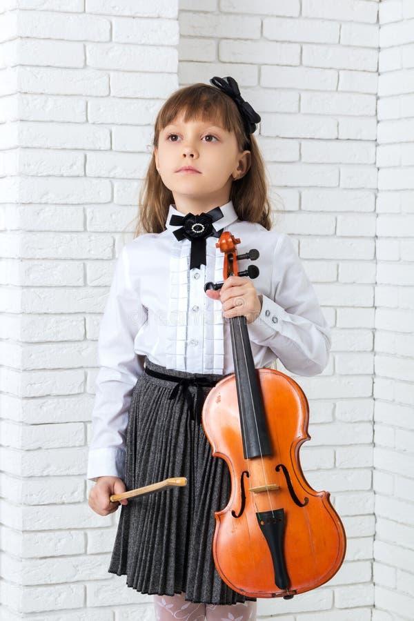 Condizione della bambina e fiddle della tenuta fotografie stock