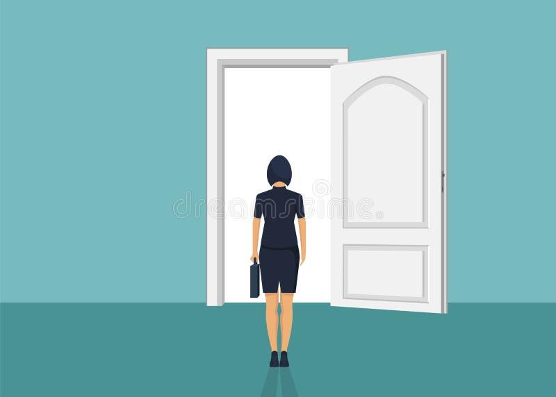 Condizione della donna di affari davanti alla porta Scelta del modo Muoversi in avanti fotografia stock