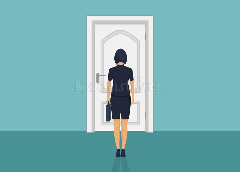 Condizione della donna di affari davanti alla porta Scelta del modo Muoversi in avanti immagine stock
