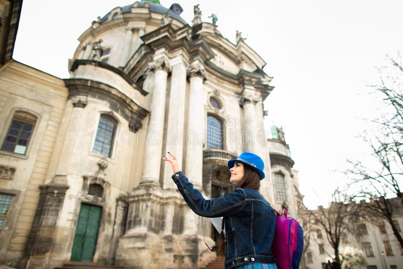 Condizione della giovane donna vicino alla chiesa in vecchia citt? Leopoli l'ucraina immagini stock
