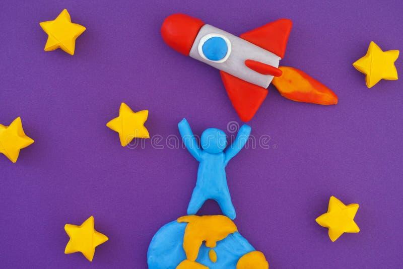 Condizione della persona sulla terra e sul razzo di spazio di lancio in spazio fotografia stock libera da diritti