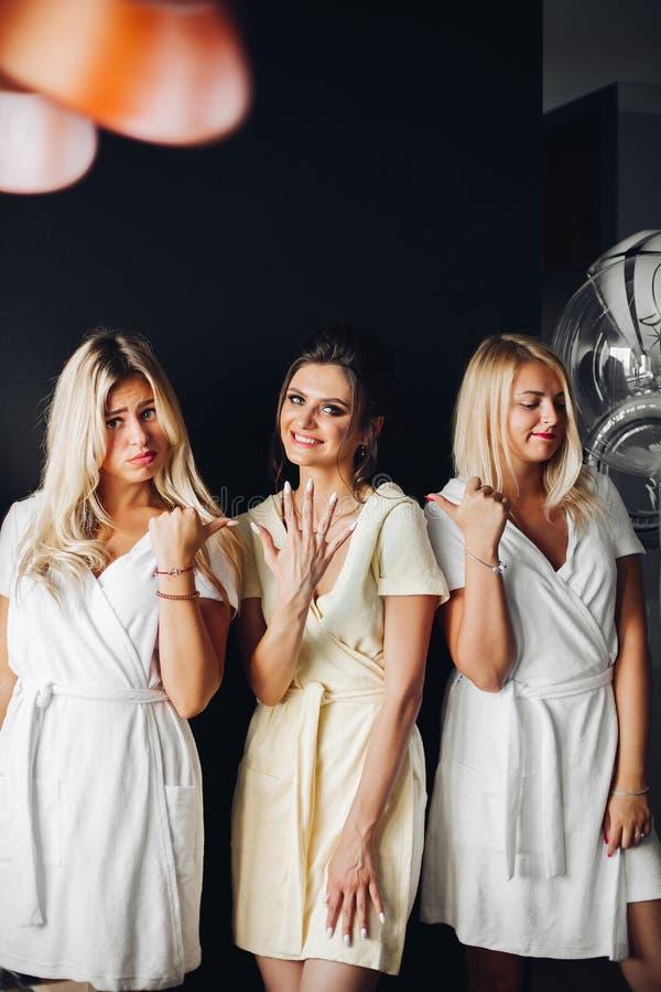 Condizione della sposa con le damigelle d'onore tristi e mostrare la scorza di nozze fotografia stock libera da diritti