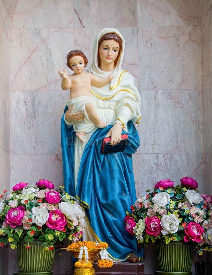 Condizione della statua di Maria immagine stock