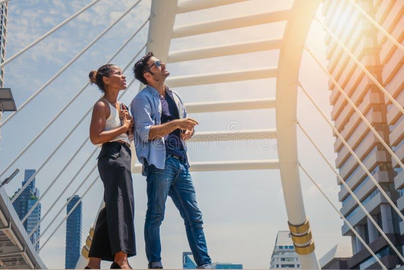 Condizione delle coppie di affari insieme all'aperto in città immagini stock libere da diritti