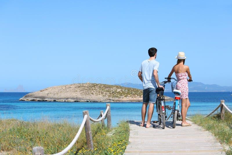 Condizione delle coppie e vista piena d'ammirazione sulle isole fotografia stock libera da diritti