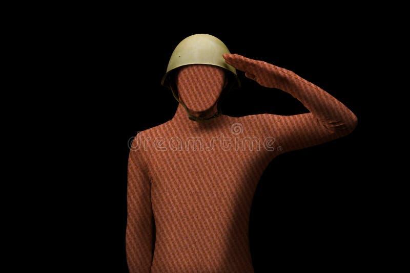 Condizione di saluto del soldato sul fondo nero Uomo senza un fronte immagine stock libera da diritti