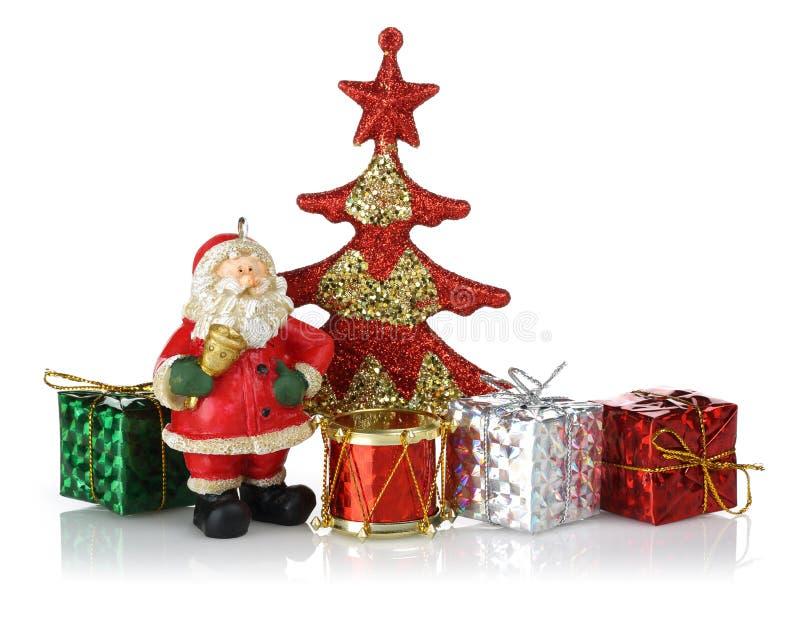 Condizione di Santa con l'albero di Natale, i contenitori di regalo ed il tamburo rossi del giocattolo fotografia stock