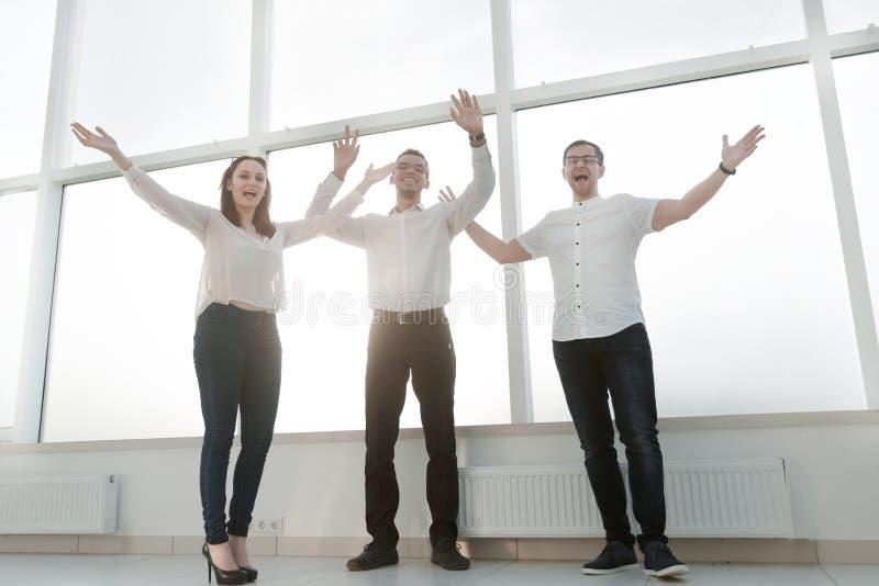 Condizione felice del gruppo di affari vicino alla finestra dell'ufficio fotografia stock