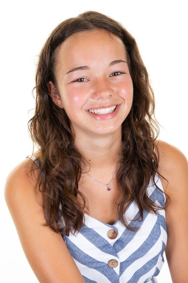 Condizione felice dell'adolescente isolata sulla parete bianca immagine stock