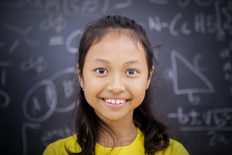 Condizione felice della studentessa nell'aula fotografie stock libere da diritti