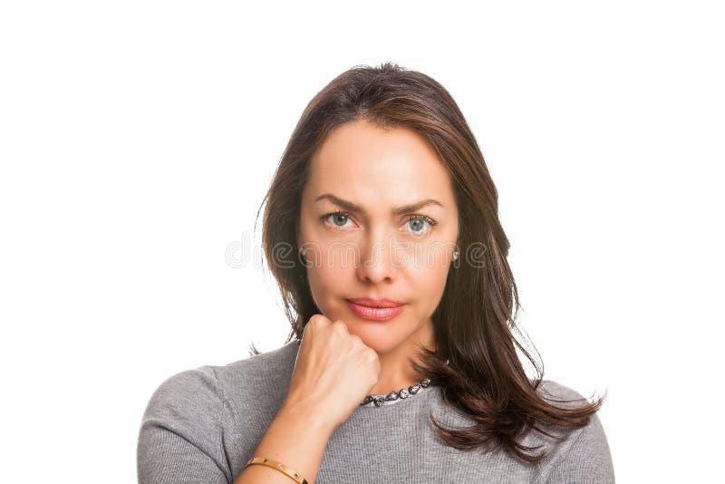 Condizione insoddisfatta turbata della donna con la mano sul mento ed esaminare macchina fotografica isolata fotografie stock libere da diritti