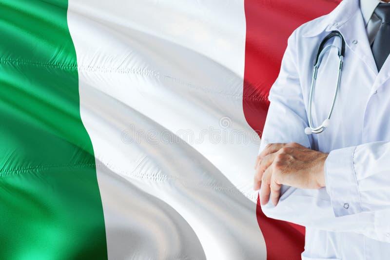 Condizione italiana di medico con lo stetoscopio sul fondo della bandiera dell'Italia Concetto di sistema sanitario nazionale, te fotografia stock libera da diritti