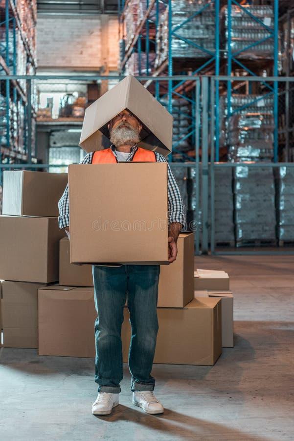 condizione matura barbuta del lavoratore del magazzino fotografia stock libera da diritti