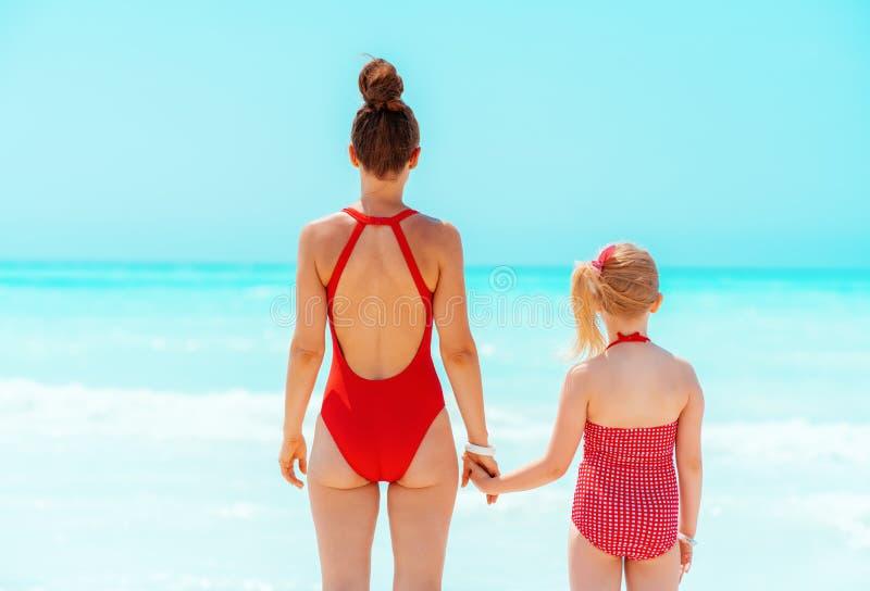 Condizione moderna della figlia e della madre sul litorale fotografia stock libera da diritti