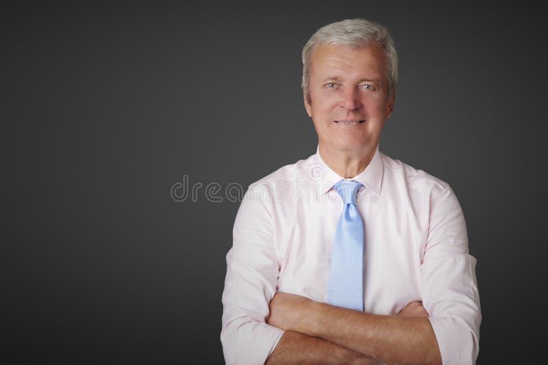 Condizione senior dell'uomo d'affari al fondo isolato con lo spazio della copia immagini stock