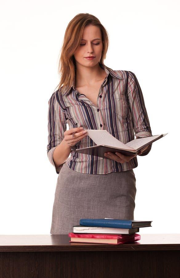 Condizione sicura del manuale della holding dell'insegnante della donna immagini stock