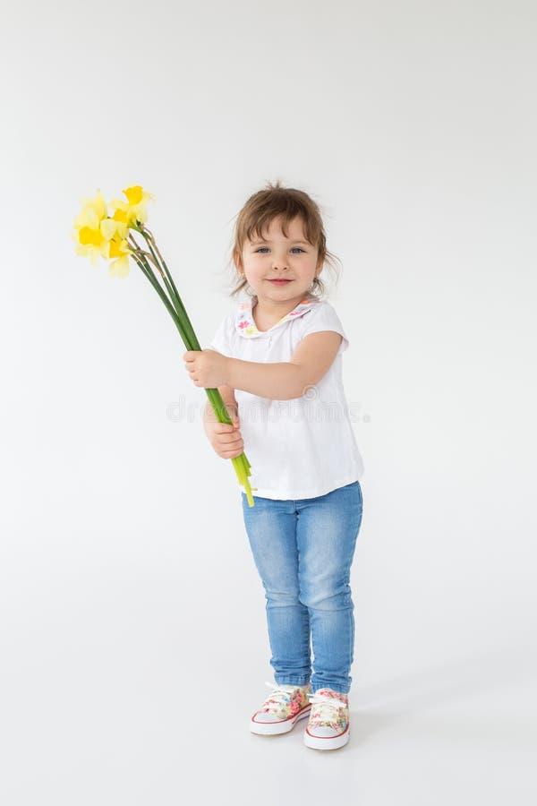 Condizione sorridente della bambina isolata sopra fondo bianco immagini stock