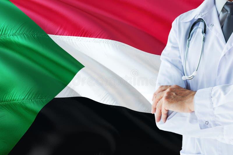 Condizione sudanese di medico con lo stetoscopio sul fondo della bandiera del Sudan Concetto di sistema sanitario nazionale, tema fotografie stock