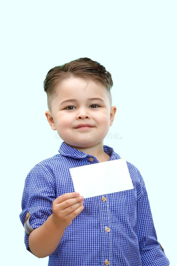Condizione sveglia del ragazzo con lo spazio in bianco vuoto in mani, isolate su bianco fotografie stock libere da diritti