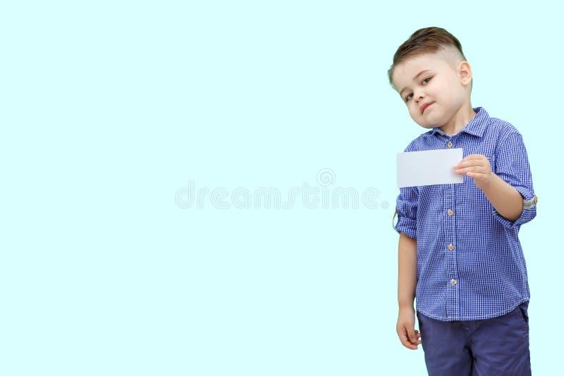 Condizione sveglia del ragazzo con lo spazio in bianco vuoto in mani, isolate su bianco immagine stock libera da diritti