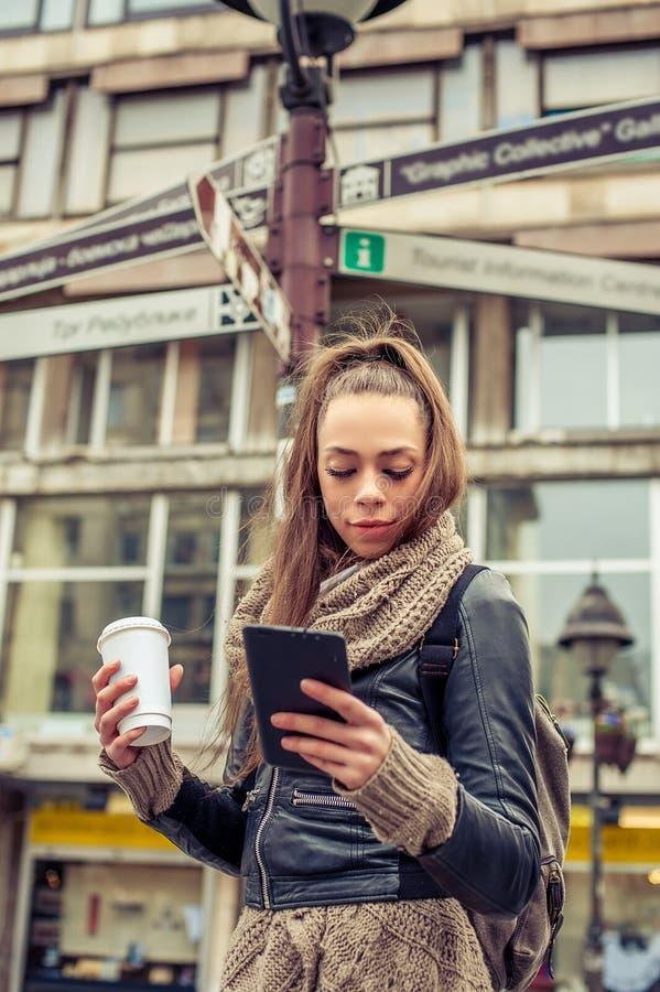 Condizione turistica femminile davanti ai segnali stradali della città fotografia stock libera da diritti