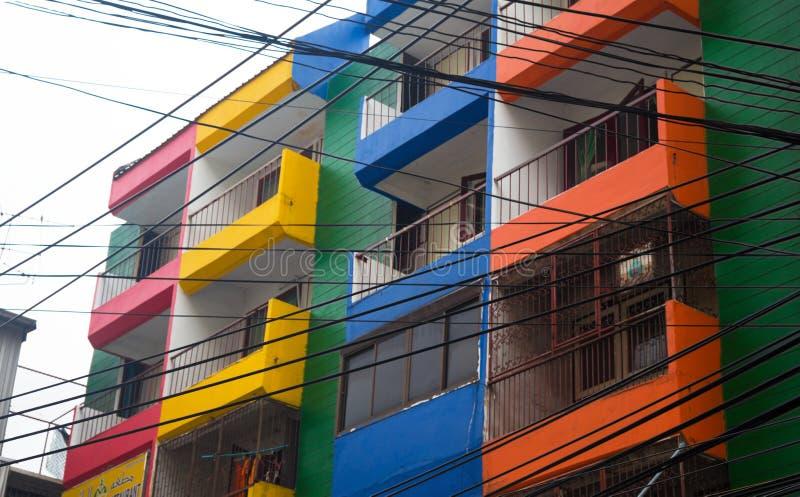 Condo με τη ζωηρόχρωμη πρόσοψη στη Μπανγκόκ, Ταϊλάνδη, Ασία στοκ εικόνα